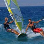 Kitesurf vs windsurf: quali dei due è il miglior sport acquatico?